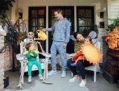 مارك زوكربيرج يحتفل مع زوجته وطفلتيه بالهالووين .. صورة