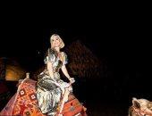 """فستان """"كاتى بيرى"""" الذهبى يثير الإعجاب فى صور الأهرامات.. اعرف سعره كام"""