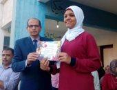 مدير إدارة أوسيم التعليمية يكرم الطالبة بسملة لفوزها فى مسابقة للفنون