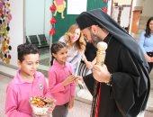 الانبا دانيال لطفي يزور مدرسة كاثوليكية بالإسماعيلية والتلاميذ يستقبلونه بالحلوى