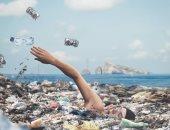 """العوم فى القمامة وحرق رئة الأرض.. 10 صور تبرز معاناة """"الطبيعة"""" من الإنسان"""