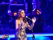 أنغام تبدأ حفلتها على المسرح الكبير بالأوبرا بأغنية عمرى معاك