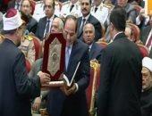 وزير الأوقاف يهدى السيسى نسخة من المصحف الشريف فى احتفالية المولد النبوى