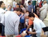 صور..الإسكندرانية يحتفلون بالمولد النبوى بتوزيع شربات فى ساحة ابو العباس