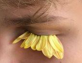 رموش من الورود وأظافر غريبة.. موديل روسية تستخدم الطبيعة لعمل إطلالات مذهلة