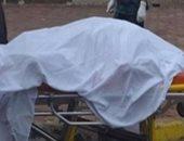 خبراء الأدلة الجنائية يرفعون البصمات من مسرح جريمة قتل عاطل بالجيزة