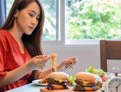 ما هو الأكل العاطفى الذى نصاب به فى العزل المنزلى؟