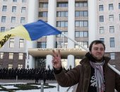 مئات المؤيدين يتجمعون أمام برلمان مولدوفا لدعم الحكومة خلال جلسة حجب الثقة