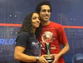 طارق مؤمن ورنيم الوليلي يعانقان كأس بطولة العالم للاسكواش
