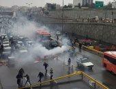 محتجو إيران تركوا سيارتهم وسط الطرق والشرطة ترد بإطلاق الغاز المسيل للدموع