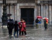 صور.. لعب وحب وسيلفى تحت أمطار إيطاليا