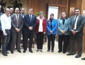 هشام عزمى يكرم رئيس الإدارة المركزية لدار الكتب