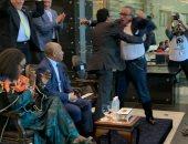 شاهد.. فرحة وزير الشباب ورئيس اتحاد الكرة بعد فوز الفراعنة على جنوب أفريقيا