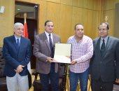 جامعة سوهاج  تكرم محمود مقبول مدير مكتب اليوم السابع بالمحافظة