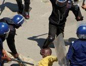شرطة زيمبابوى تستخدم الغاز المسيل للدموع والهراوات لتفريق اجتماع للمعارضة
