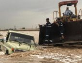 شرطة أبوظبى تُنقذ 10 مواطنين حاصرتهم الأمطار بوادى صاع