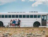 باعوا اللى وراهم واللى قدامهم واشتروها.. زوجان يحولان حافلة مدرسية لمنزل متنقل