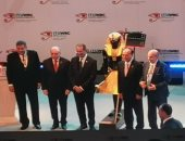 وزير الاتصالات يهدى نموذج من تمثال توت عنخ أمون لرئيس الاتحاد الدولى