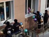 شاهد الشرطة الروسية تحتفل بعيد الأم بالموسيقى والورود والبالونات