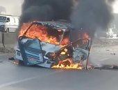 اشتعال النيران فى سيارة ميكروباص عقب اصطدامها بسيارة ملاكى قرب بنى سويف
