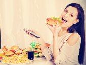 100 مليون صحة: تناول الطعام أمام التليفزيون أو الحديث بالتليفون يزيد الوزن