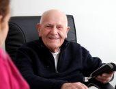 """فيديو.. طبيب فرنسى عمره يقترب من 100 عام ومازال يعالج المرضى ولا يعانى من أى مشاكل صحية.. """"كريستيان شيناى"""" بدأ حياته عامل لحام ثم درس الطب وتخرج 1951 وعمل به حتى الآن.. ومرضاه يتنافسون للحصول على موعد فى عيادته"""