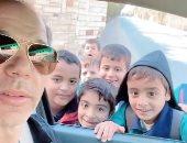 """رامى إمام يوثق صداقته مع طلاب صغار يوميا على """"إنستجرام"""" بالاطمئنان على دراستهم"""