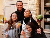 برقصة بالبيجاما وصور عائلية.. جينفير لوبيز تحتفل بعيد الشكر.. فيديو