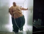 شاهد.. أسمن رجل بالعالم يسير على قدميه بعدما فقد 330 كيلوجراما × 3 سنوات