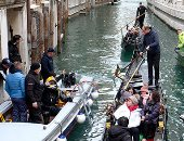 مهمة تنظيف مياه مدينة البحيرة فى البندقية الإيطالية بعد أزمة الأمطار