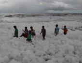 """""""رغوة بيضاء برائحة حادة"""" تغطي شواطئ تشيناى بالهند.. صور"""
