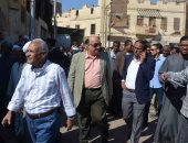 صور.. سكرتير مساعد الأقصر يقود حملة إشغالات وتحرير 247 محضر إزالة