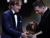 هل يحتفظ أفضل لاعب فى العالم بجائزة الكرة الذهبية أم يعيدها كل عام؟