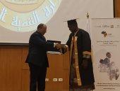 وزير التنمية المحلية يسلم شهادات ختام الدورة التدريبية للأفارقة ..صور