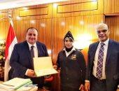 رئيس محكمة شرق الإسكندرية يكرم شرطية لنجاحها فى إحباط دخول مواد مخدرة