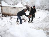 مهاجرون يتجمدون فى غابة بالبوسنة بسبب الثلوج