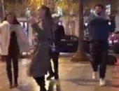 """مصريون يرقصون فى شارع """"الشانزليزيه""""بفرنسا على أغانى المهرجانات..فيديو"""