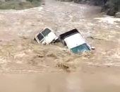"""فيديو.. انجراف سيارتين بسبب السيول فى منطقة """"جازان"""" بالسعودية"""