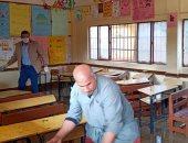 صور.. تطهير فصول مدرسة دجوى الابتدائية ببنها بعد وفاة طالبة