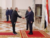 شاهد.. وسام الجمهورية من الطبقة الأولى لشوقى غريب بعد تكريم الرئيس