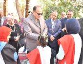 صور.. محافظ أسيوط يوزع ملابس على دور رعاية البنين والفتيات