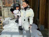 كايلى جينر وابنتها بكامل أناقتهما فى رحلة للتزلج.. فيديو وصور