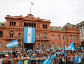 """الآلاف يحيون الرئيس الأرجنتينى المنتهية ولايتة """"ماكرى"""" عند القصر الرئاسى"""