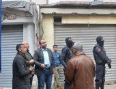 صور.. نائب محافظ الإسكندرية يقود حملة لإزالة عقار مخالف بالجمرك