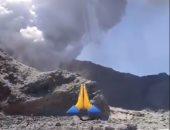لقطات تظهر وجود سائحين فى فوهة بركان قبل دقائق من ثورانه فى نيوزيلندا