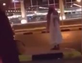 القبض على مريض نفسى يقذف النساء بالأحذية فى السعودية.. فيديو