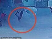 """أخرة الشقاوة.. طفل صينى يطير فى الهواء بفعل انفجار """"بالوعة"""".. فيديو"""