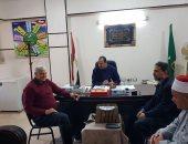 صور.. أسرة الشيخ عبد الحليم محمود تشكر رئيس مدينة بلبيس وتهديه مجموعة كتب