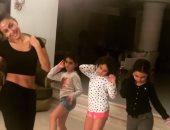 فيديو ..ميس حمدان تعلم ابنة شقيقتها مي و صديقاتها الرقص الشرقي
