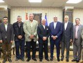 صور.. محافظ السويس يلتقى رئيس الإتحاد المصرى لكرة اليد لدعم فرق المحافظة